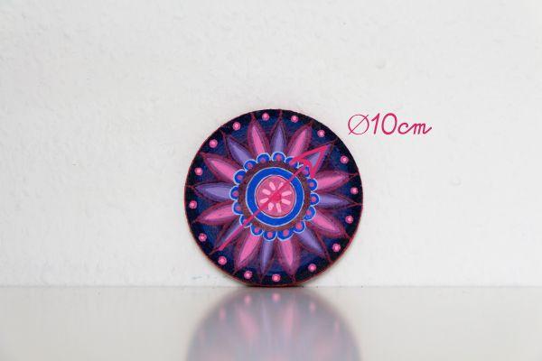Kork-Untersetzer im Mandala-Stil in Blau-Pink mit Maßangabe von FitzeFatze Design