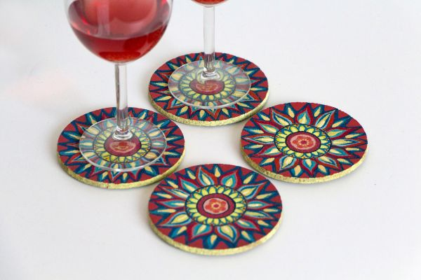Kork-Untersetzer-Set im Mandala-Stil in Rot-Blau-Gelb von FitzeFatze Design