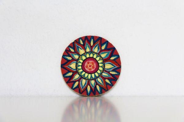 Kork-Untersetzer im Mandala-Stil in Rot-Blau-Gelb von FitzeFatze Design